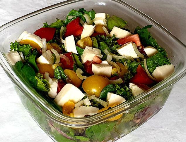 салатные листья с моцареллой и помидорами